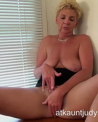 GILF Taylor Lynn likes to get herself off